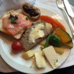 奥さんにお褒めの言葉をいただいた次の日の朝食@シャングリラホテルです(笑)。 たまの贅沢は楽しいですよね〜^^